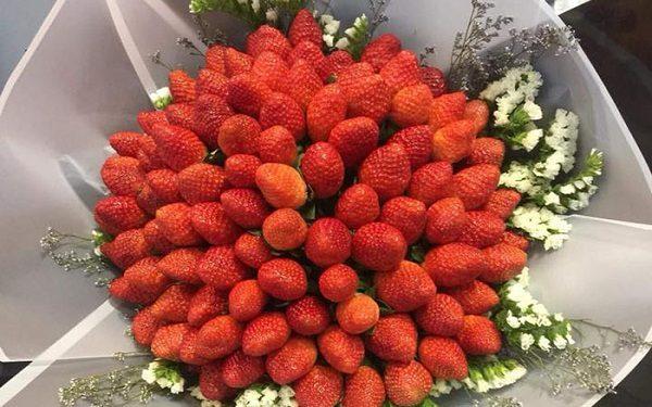 """Bó hoa bằng trái cây sẽ là lựa chọn ấn tượng với những bạn """" vì tôi có chiếc bụng đói"""""""
