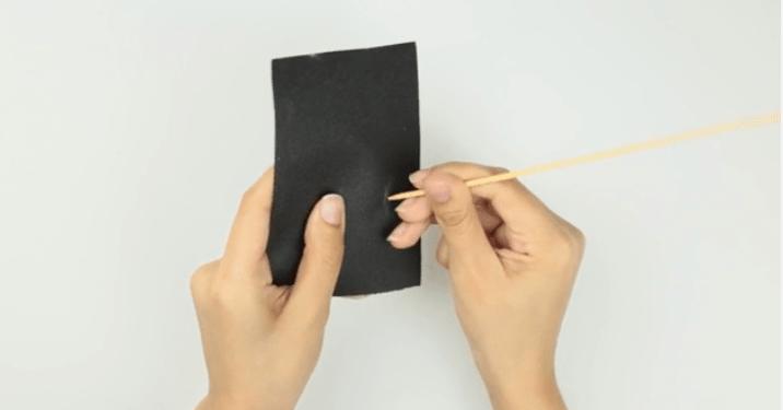 Dùng giấy nhám đánh mịn phần đầu đũa