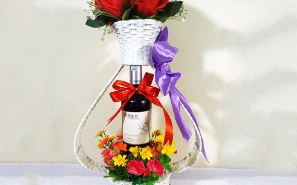 Lẵng hoa cùng rượu vang lời chúc đầy lãng mạn